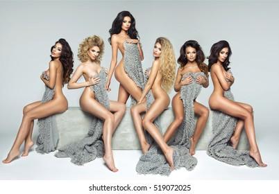 Cinco hermosas mujeres en bloque de hormigón