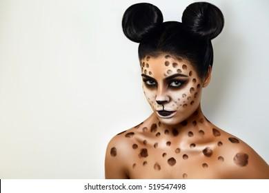 Porträt eines Mädchens auf einem weißen Hintergrund. isoliert. Gesichtskunst. Körperkunst. Frisur. schwarzes Haar. wilde Katze