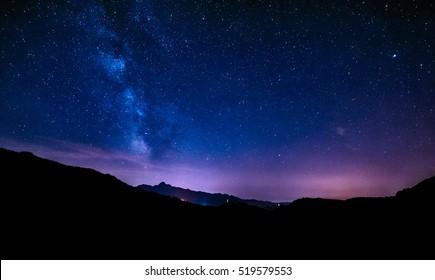 cielo nocturno estrellas vía láctea cielo azul púrpura en noche estrellada sobre montañas