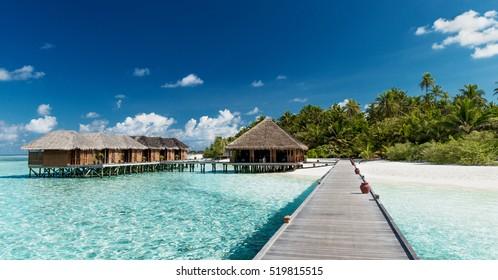 Tropischer Strand mit Wasserbungalows auf den Malediven