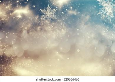 Magische blauwe vakantie abstract glitter achtergrond met knipperende sterren en vallende sneeuwvlokken. Wazig bokeh van kerstverlichting.