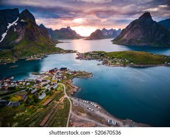 Las islas Lofoten son un archipiélago en el condado de Nordland, Noruega. Es conocido por un paisaje distintivo con espectaculares montañas y picos, mar abierto y bahías protegidas, playas y tierras vírgenes.