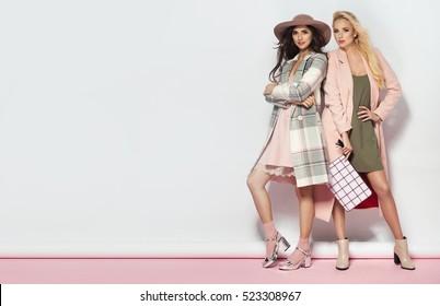 Modische zwei Frauen im Mantel und im schönen Kleid. Mode Herbst Winter Foto