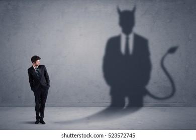 Geschäftsmann, der seinen eigenen Teufelsdämonschattenkonzepthintergrund betrachtet