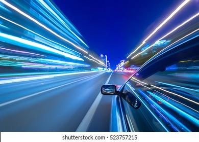 Das Auto bewegt sich nachts mit großer Geschwindigkeit. Kalte Farbbilder.