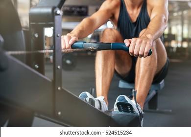 運動をしているフィットネスマンのトリミングされた画像。一生懸命働く