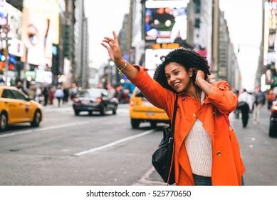 ニューヨーク市でタクシーを探している女性