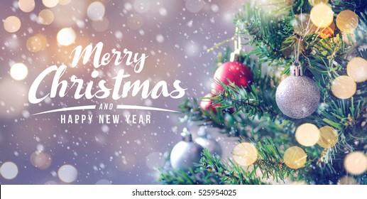 Frohe Weihnachten und ein glückliches neues Jahr-Konzept, Nahaufnahme der weißen Kugel, die von einem verzierten Baum mit Bokeh, Weihnachtsfeiertagshintergrund hängt.