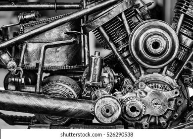 Alter Motorradmotorblock, Schwarz-Weiß-Ton, monochrom. selektiver Fokus.