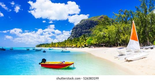 Actividades de deportes acuáticos en la hermosa isla Mauricio