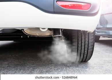 パイプ排気車の煙の排出、大気汚染の概念。