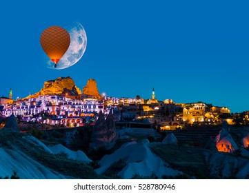 """Luna llena sobre el castillo de Uchisar, Capadocia """"Elementos de esta imagen proporcionada por la NASA"""""""