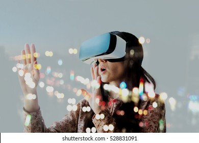 バーチャルリアリティのメガネを持つ女性。将来の技術コンセプト。