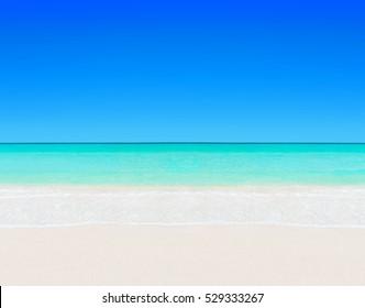 牧歌的な完璧な熱帯の白い砂浜とターコイズブルーの澄んだ海の水-晴れた青空と夏休みの自然な背景