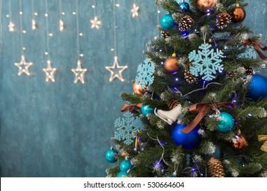 Verzierter Weihnachtsbaum, funkelnder und feenhafter Hintergrund mit Kopienraum. Neujahrshintergrund mit Freitextplatz, horizontale Ansicht. Weihnachtsdekorationskonzept