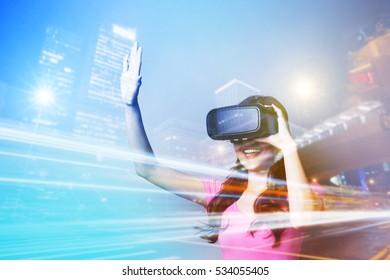 Doppelbelichtung einer glücklichen Frau mit VR-Headset-Brille für das Virtual-Reality-Konzept
