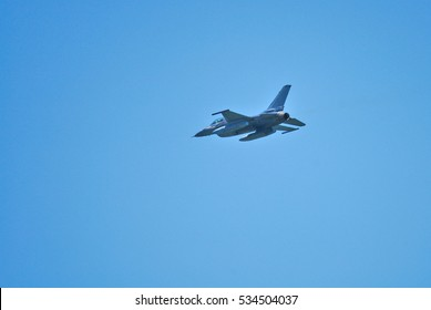 Avión de combate F-16 Fighting Falcon en vuelo