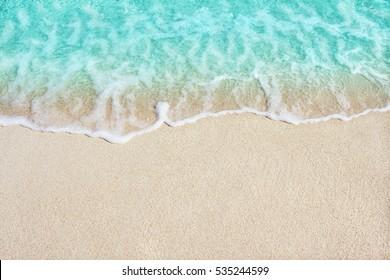 Weiche schöne Ozeanwelle am Sandstrand. Hintergrund.
