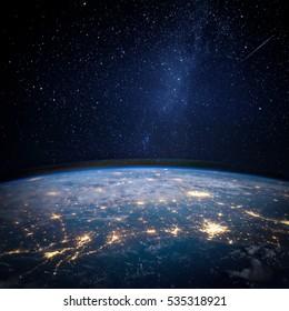 地球と銀河。NASAから提供されたこのイメージの要素。