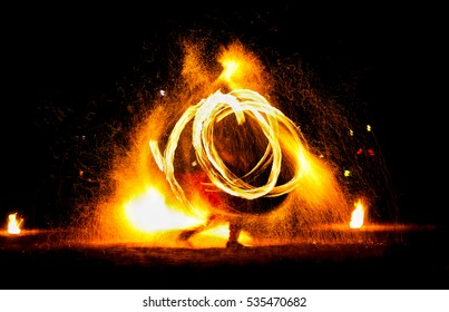 Der Mensch unterhält das Publikum mit Hilfe des Feuers und trägt eine Feuerleistungsnacht.
