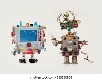 Verliefde robots. Grappige man mechanisme met monitor hoofd, liefde hart abstract bericht op blauw scherm Vrouw robot groen circuit gezicht, elektrische draad kapsel, kleur blauw rode ogen, gloeilamp in de hand.