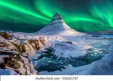 Nordlichter erscheinen über dem Mount Kirkjufell in Island.