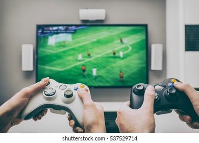 Gaming-Spiel spielen TV-Spaß Gamer Gamepad Guy Controller Videokonsole spielen Spieler halten Hobby spielerischen Genuss Ansichtskonzept - Archivbild