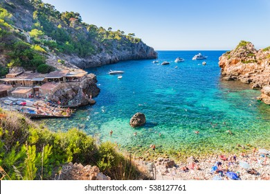 Idyllischer Blick auf den schönen Strand von Cala Deia, Insel Mallorca, Mittelmeer.