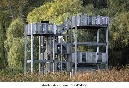 Hölzerne Aussichtsplattform in einem Naturschutzgebiet