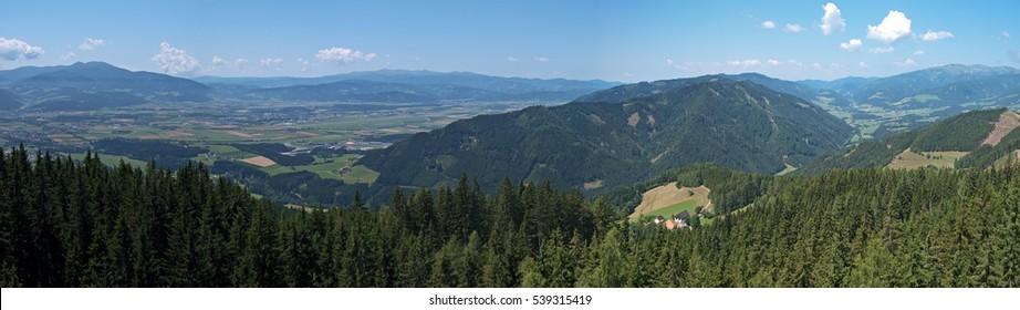 Panoramablick über die Steirische Murtal und die umliegenden Berge. F1- und MotoGP-Rennstrecke Red Bull Ring-Rennen in Spielberg von oben auf Tremmelberg.
