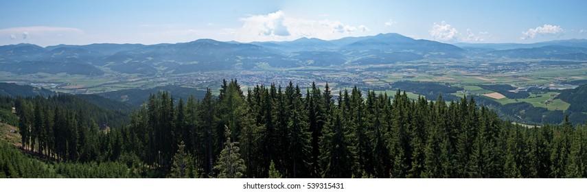 Panoramablick über die Steirische Murtal und die umliegenden Berge. F1- und MotoGP-Rennstrecke in Spielberg von oben gesehen.