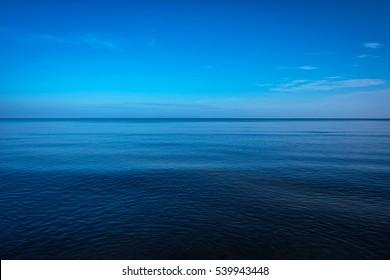 Océano oscuro y profundo con cielo azul