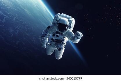 Astronaut am Weltraumspaziergang. Kosmische Kunst, Science-Fiction-Tapete. Schönheit des Weltraums. Milliarden von Galaxien im Universum. Elemente dieses Bildes von der NASA eingerichtet