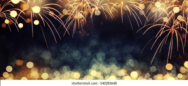 Gold und dunkelblaues Feuerwerk und Bokeh am Silvesterabend und Kopierraum. Abstrakter Hintergrundurlaub.