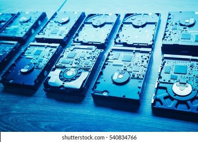 unidades de disco duro en filas, tono azul