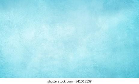 Schöne abstrakte Grunge dekorative hellblaue Cyan gemalte Stuck Wand Textur. Handgemachte raue Winterweihnachtspapier breiter Hintergrund mit Kopierraum