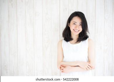 schöne junge Frau gegen weiße Holzwand