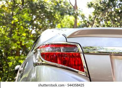 Auto Rücklicht auf einem silbernen Auto.