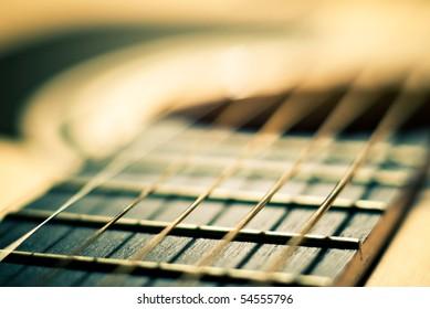 ギターとフィールドの浅い深さで文字列のクローズアップショット
