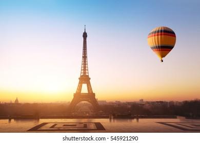 concepto de viaje, hermosa vista del globo aerostático volando cerca de la torre Eiffel en París, Francia, turismo en Europa