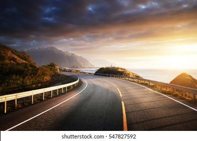 oad pri mori v čase východu slnka, ostrov Lofoty, Nórsko
