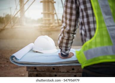 ingeniero trabajando en obra