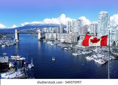Bandera canadiense frente a la vista de False Creek y el puente de la calle Burrard en Vancouver, Canadá.