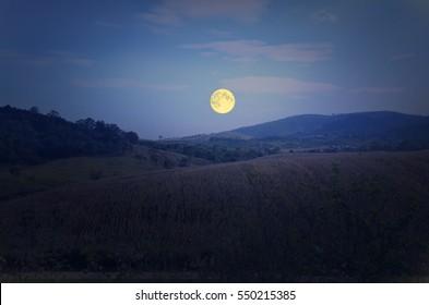 Hermosa luna llena sobre la montaña en invierno