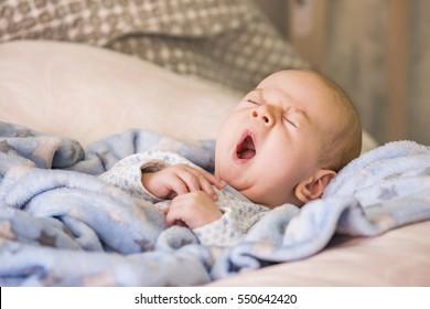 寝る前にあくびをするかわいい赤ちゃん