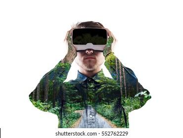 Exposicion doble. Hombre con gafas de realidad virtual. Bosque. Tr