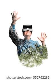 Dubbele blootstelling. Vrouw met VR-bril. Bomen.
