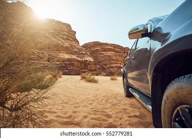 Großes großes Auto auf Wüstenhintergrund