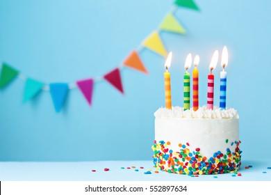 Pastel de cumpleaños con velas de colores