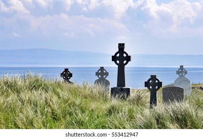 Cruces celtas de pie en un cementerio en Inisheer frente a la costa oeste de Irlanda